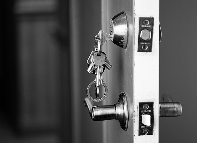 Человеческий фактор привёл к тому, что ключи оставлены в двери, дверь открыта