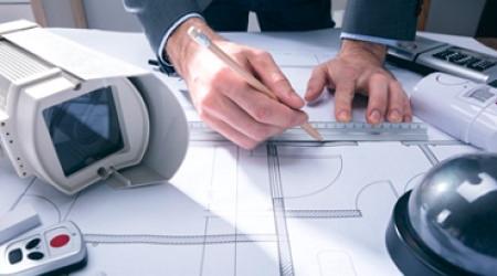 Инженер проектирует интегрированное решение для систем безопасности